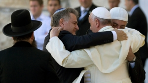 epaselect epa04226284 Pope Francis (2-R) embraces his friends from Argentina, Rabbi Abraham Skorka (2-L) and Argentine Muslim leader Omar Abboud (R) as the Rabbi of the Western Wall Shmuel Rabinovitz looks on (L), after the Pope prayed and placed a note into the Wall, Judaism's holiest site, in Jerusalem, Israel, 26 May 2014. Pope Francis prayed at the Western Wall, the only standing remnant of the platform that once housed the Jewish Temple, in the Old City of Jerusalem amid heavy security. He placed his hand on the ancient stones and puts a note to God, as per Jewish tradition, between the cracks. The Pope is on an official visit Israel.  EPA/JIM HOLLANDER